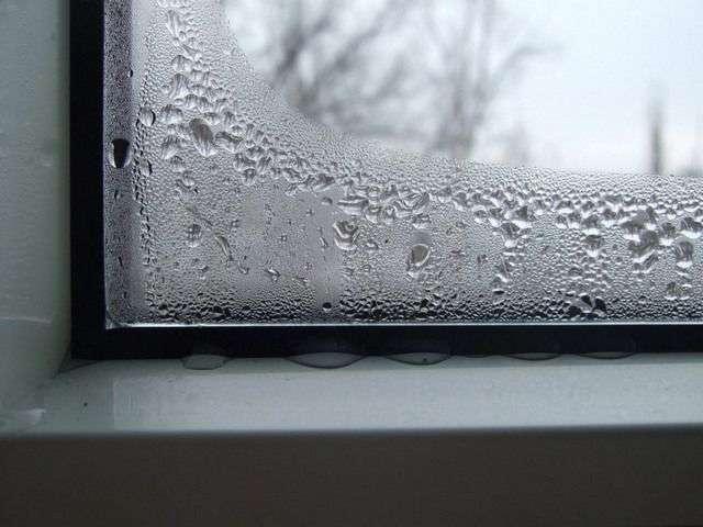Чому запотівають вікна всередині